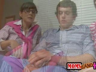 Hot moms Πεολειξία
